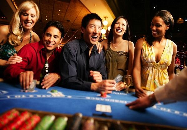 """คำว่า """"คาสิโน"""" casino มาจากภาษาอิตาลี อ่านว่า """"กาซีโน"""" แปลว่าบ้านพักหลังเล็กใช้สำหรับพักผ่อนหย่อนใจ"""